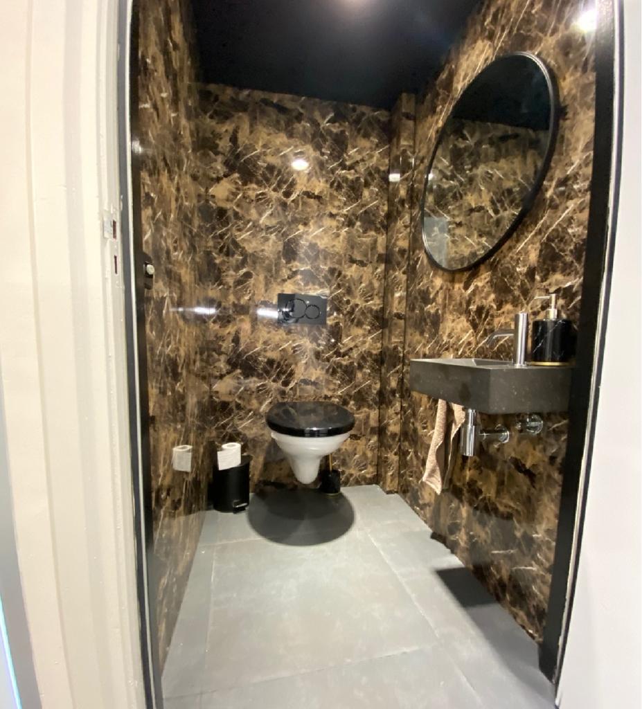 marmerlook wanden in een toilet